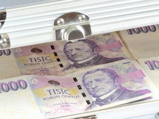 Začínáte investovat - základ je finanční rezerva - foto bankovek