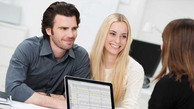 Poradce a mladý pár - ilustrační foto