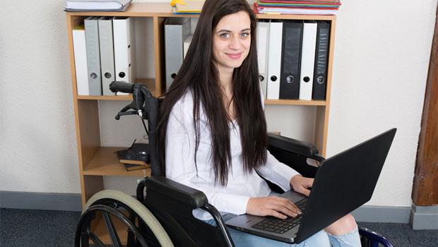 Mladá žena na vozíku - Životní pojistka.