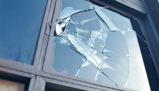 Rozbité okno - ilustrační foto